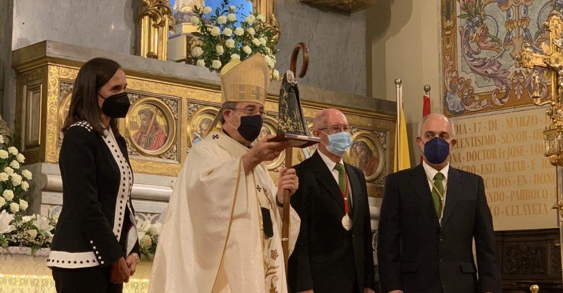 Entrega de una imagen de la Virgen al Sr. Arzobispo
